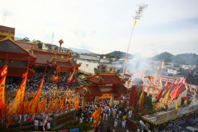 pole-raising-ceremonies-at-Phuket-temples