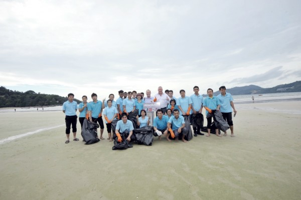 (Mike Hall, Absolute World Group, Managing Director Asia Pacific (5th from right, standing), joins the Absolute Resorts & Hotels team on the beach in Patong)