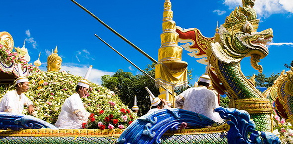 Rap_Bua,_Yon_Bua_Festival,_Samut_Prakan_Thailand